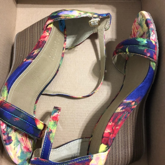 Kenneth Cole Reaction Shoes - Brand new w/o tags Kenneth Cole Reaction wedges